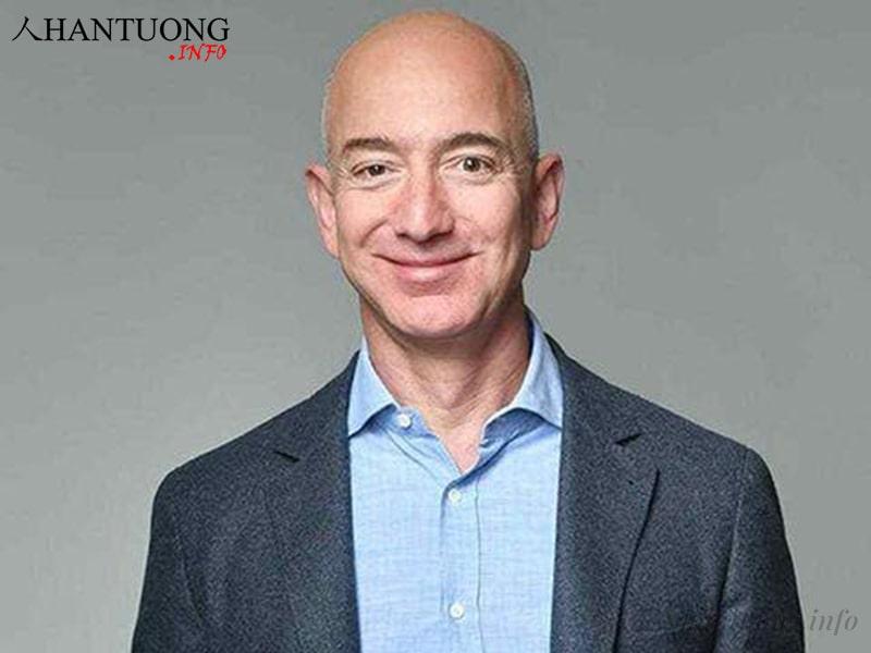 Jeff Bezos - Người sáng lập, Chủ tịch & CEO của Amazon.com có khuôn miệng rộng, khép chặt, khóe miệng hướng lên trên